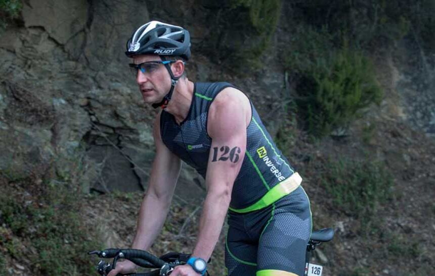 Dani Roviera en el Dani Roviera en el rodaje de 100 metros vestido con ropa de triatlón Inverserodaje de 100 metros vestido con ropa de triatlón Inverse